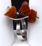 Stříbrný prsten s třemi přírodními jantary