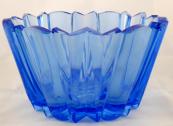 Modrá skleněná mísa v kubistickém stylu