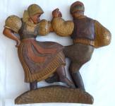 Barevná dřevořezba tančícího krojovaného páru