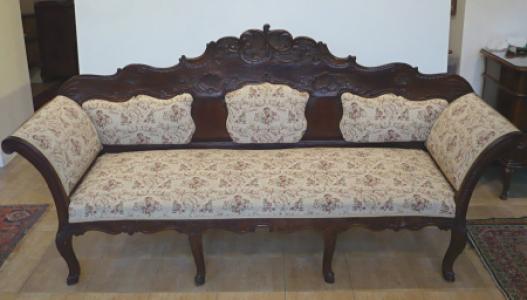 Rokokové sofa s reliéfní řezbou