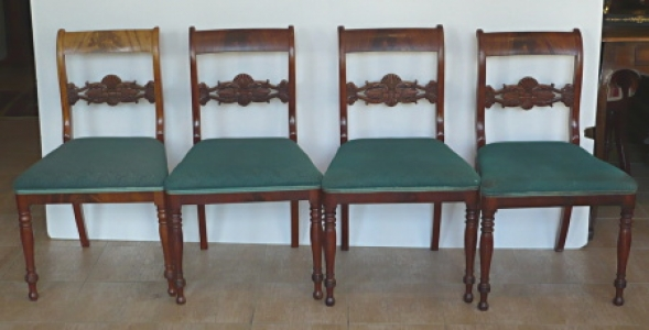 Čtyři židle v mahagonu