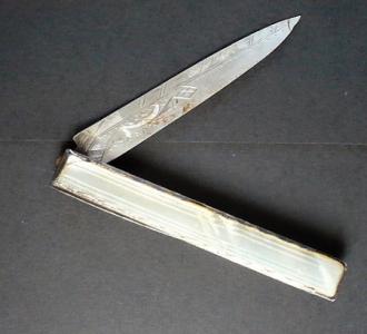 Nůž se stříbrnou čepelí a rámečkem