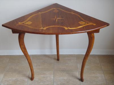 Rohový stolek s intarzií hvězdy (1).JPG