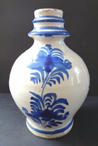 Menší čepák s modrým dekorem (2).JPG