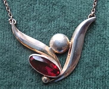 Náhrdelník stříbrný s růžovofialovým kamínkem (3).JPG