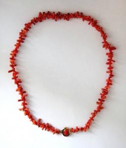 Náhrdelník z červeného korálu a zlatým uzávěrem (1).JPG