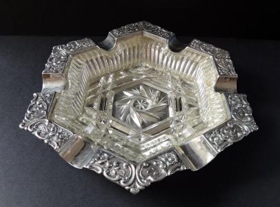Stříbrný zdobený popelník z čirým sklem (1).JPG