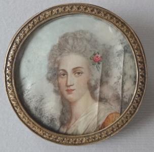 Miniatura dívky s růží - brož (3).JPG