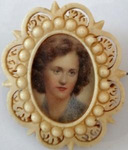Miniatura dívky ve  slonovinovém rámečku (1).JPG