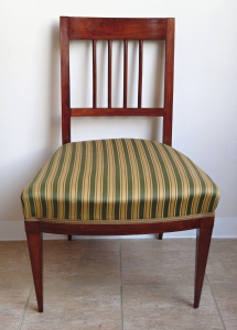 Židle s tyčkami a pruhovaným potahem (1).JPG