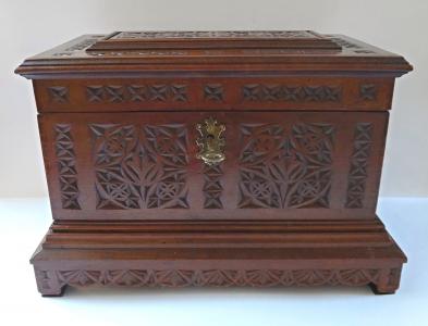 Velká krabička s reliéfním řezaným ornamentem (1).JPG