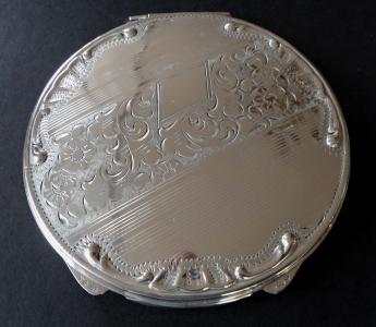 Stříbrná kulatá pudřenka bez monogramu (1).JPG