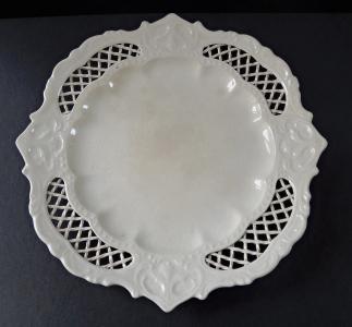 Kameninový talíř s mřížkou a zdobným lemem (1).JPG