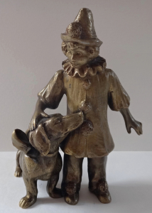 Bronzová soška harlekýna s jezevčíkem (1).JPG