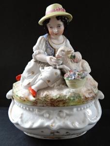 Dóza s holčičkou a ovečkou - porcelánová (1).JPG
