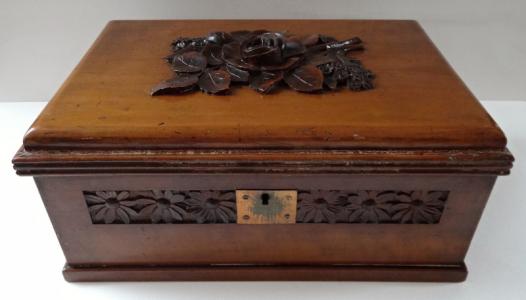 Šperkovnice s řezbou květin a zrcadlem (1).JPG