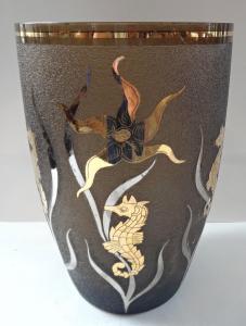 Váza z hnědého skla, se zlatými mořskými koníky (1).JPG