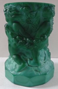 Malá zelená figurální vázička - Curt Schlevogt (1).JPG