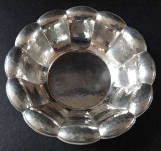 Stříbrná miska z tepaným dekorem (1).JPG