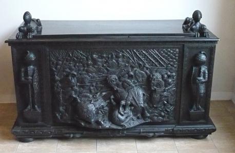 Neorenesanční psací stůl s rytíři a basreliéfem bitvy (1).JPG