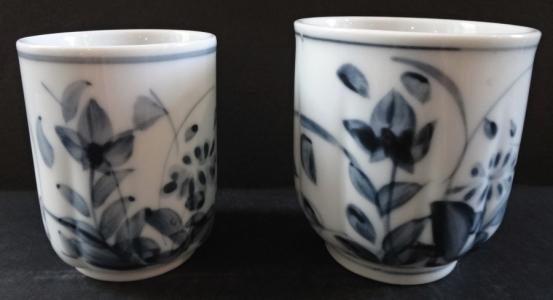 Větší a menší porcelánový šálek na saké (1).JPG