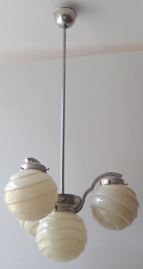 Lustr z bílého kovu, s tvarovanými koulemi (1).JPG