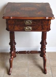 Šicí stolek v ořechové dýze - Louis Philippe (1).JPG