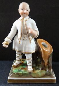 Figurka čínského chlapce s koulí - stojánek (1).JPG