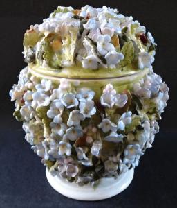 Porcelánová dózička s víčkem - reliéfní květy (1).JPG