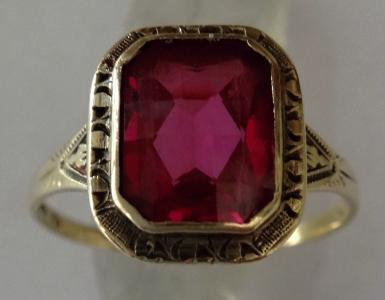 Gravírovaný zlatý prsten, s růžovým kamínkem (1).JPG