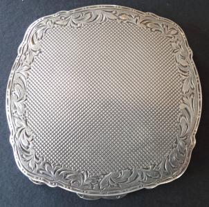 Stříbrná pudřenka s gravírovaným okrajem (1).JPG