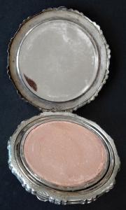 Stříbrná kulatá pudřenka, s květy (3).JPG