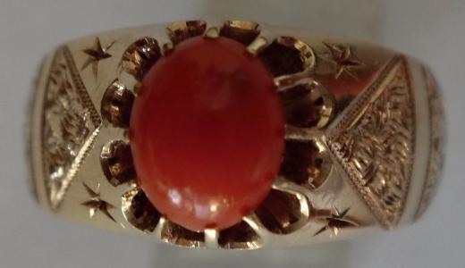 Zlatý masivní prsten s červeným korálem (1).JPG