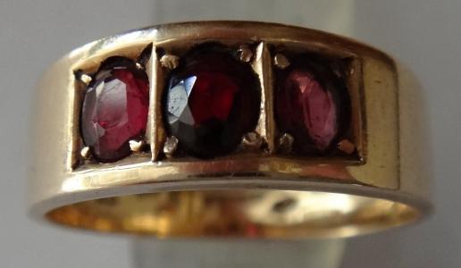 Zlatý prstýnek s granátem a ametysty (1).JPG
