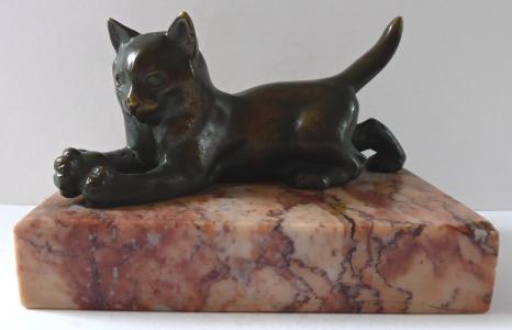 Bronzová kočička s míčem, na podstavci (1).JPG