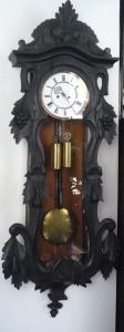 Nástěnné kyvadlové hodiny, s řezbou (1).JPG