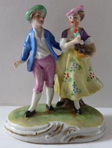 Miniaturní sousoší chlapce a dívky s květinou (1).JPG