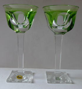 Pár skleniček na hranaté nožce a patce, zelené - Moser (1).JPG