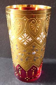 Růžová sklenička se zlaceným ornamentem (1).JPG