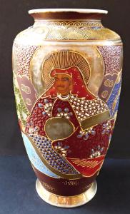 Váza s malovanými čínskými postavami (1).JPG