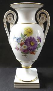 Vázička ve tvaru antické vázy, s květy - Míšeň (1).JPG
