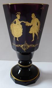 Pohár z ametystového skla a zlacenými postavami (1).JPG