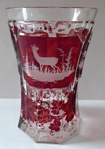 Pohár s rubínovým sklem a rytými motivy - biedermeier (1).JPG