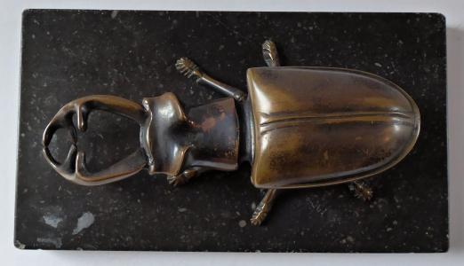 Bronzová soška brouka, na podstavci, se schránkou (1).JPG