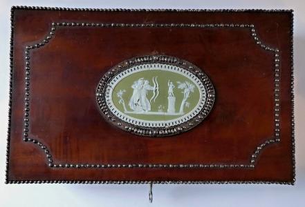 Mahagonová krabička s medailonem, na doutníky - empír (1).JPG