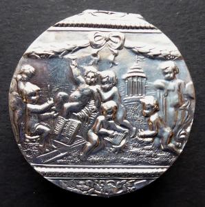 Stříbrná kulatá figurální krabička - J. D. Schleissner, Hanau (1).JPG