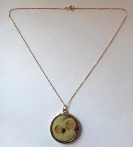 Zlatý kulatý medailon s portréty a řetízek (1).JPG