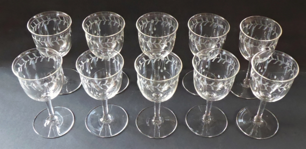 Deset skleniček s broušeným secesním ornamentem (1).JPG