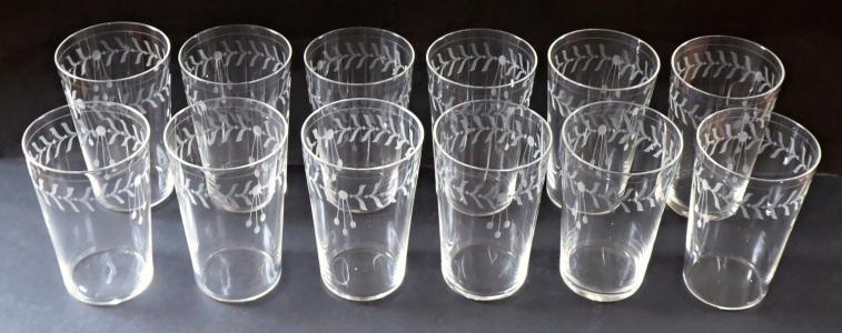 Dvanáct skleniček s broušeným secesním ornamentem (1).JPG