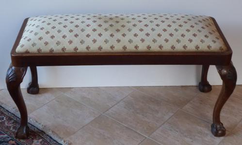 Čalouněná nízká lavička, s řezbou - Gerstel (1).JPG